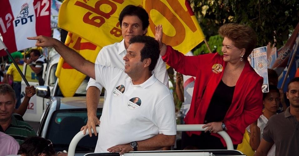 9.ago.2012 - Carlos Eduardo, candidato à Prefeitura de Natal pelo PDT, fez carreata nesta quinta-feira pela zona oeste da capital potiguar ao lado de sua vice, Wilma de Faria (PSB)
