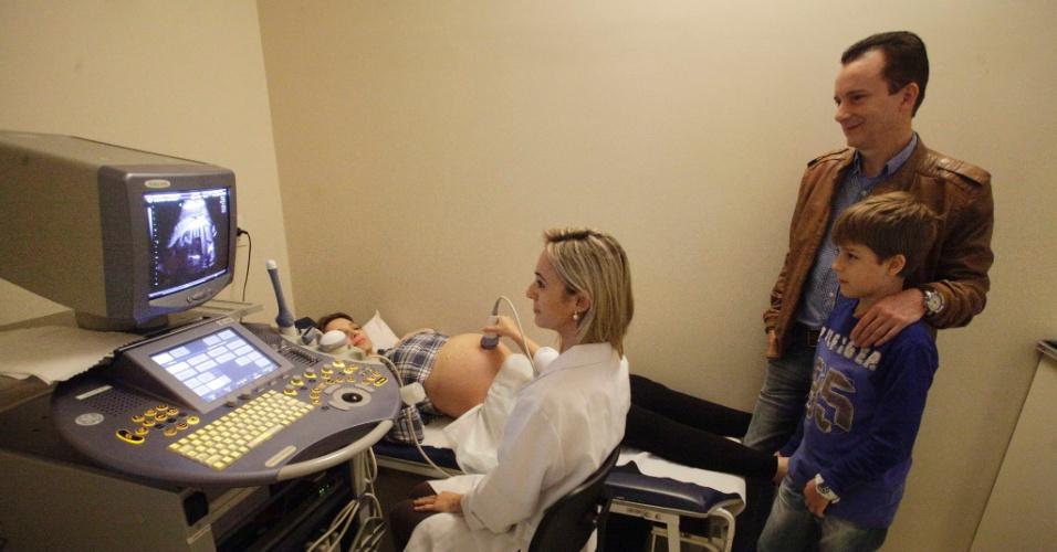 9.ago.2012 - Celso Russomanno, candidato do PRB à Prefeitura de São Paulo, acompanha o ultrassom de sua mulher Lovani, grávida de oito meses, em um laboratório na zona sul da capital paulista
