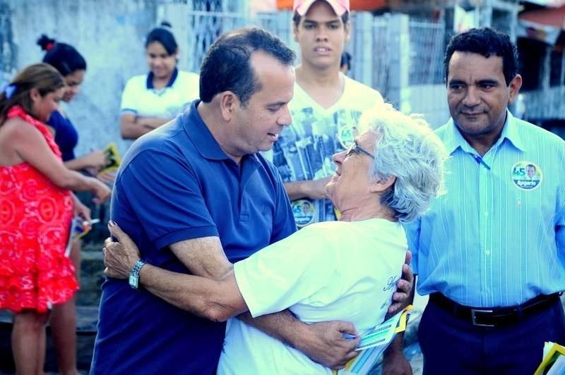 9.ago.2012 - O candidato do PSDB à Prefeitura de Natal, Rogério Marinho, cumprimenta eleitora durante caminhada pelo bairro Santarém