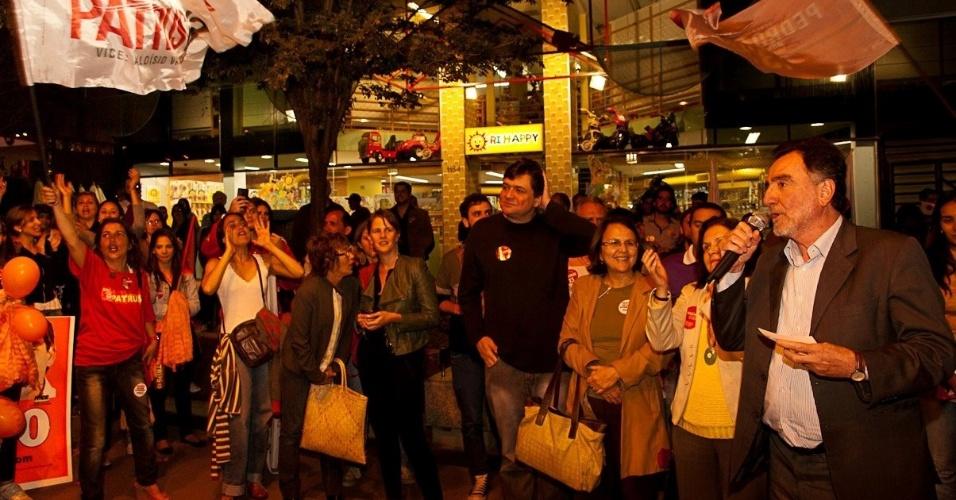 9.ago.2012 - Patrus Ananias, candidato do PT à Prefeitura de Belo Horizonte, discursa para eleitores durante caminhada pelo bairro Savassi, região centro-sul da capital mineira