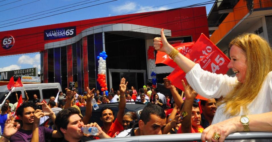 11.ago.2012 - A candidata do PC do B à Prefeitura de Manaus, Vanessa Grazziotin, participa de inauguração de comitê. O líder da Assembleia de Deus no Amazonas, pastor Jonatas Câmara, declarou apoio a ela