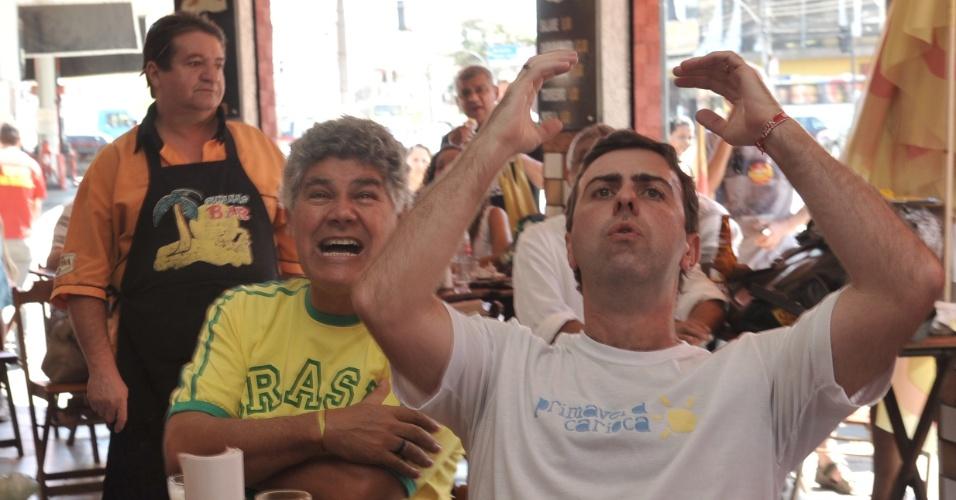 11.ago.2012 - O candidato à prefeitura da cidade pelo PSOL, Marcelo Freixo, assistiu ao jogo da Seleção Brasileira de Futebol, na final das Olimpíadas de Londres, na companhia do deputado federal Chico Alencar (PSOL). Antes, eles andaram pelo Calçadão da Penha