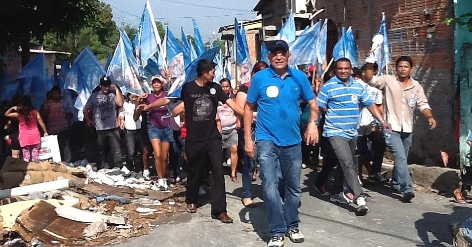 11.ago.2012 - O candidato do DEM à Prefeitura de Manaus, Pauderney Avelino, participa de caminhada no bairro do Zumbi