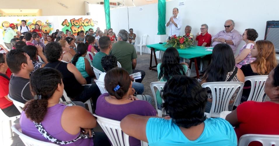 11.ago.2012 - O candidato do PC do B à Prefeitura de Fortaleza, Inácio Arruda, discursa durante a inauguração de um comitê de campanha