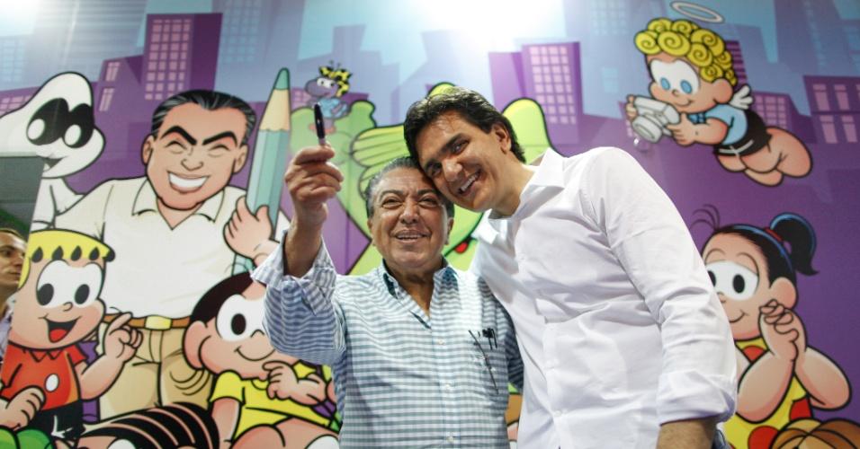 11.ago.2012 - Autor de livros, o candidato do PMDB à Prefeitura de São Paulo, Gabriel Chalita (à direita), encontra o cartunista Mauricio de Sousa na Bienal do Livro da cidade que acontece no Pavilhão de Exposições do Anhembi