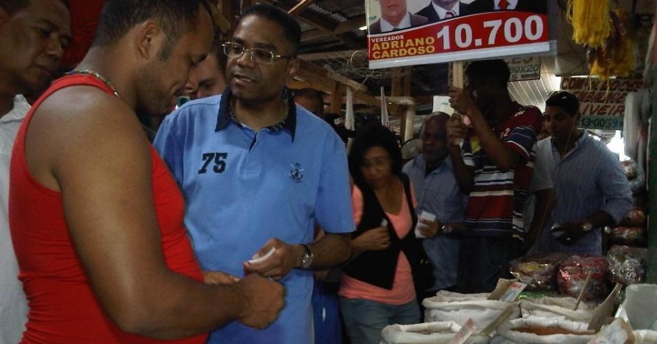 11.ago.2012 - O candidato do PRB à Prefeitura de Salvador, Márcio Marinho (de azul), visitou a Feira de São Joaquim