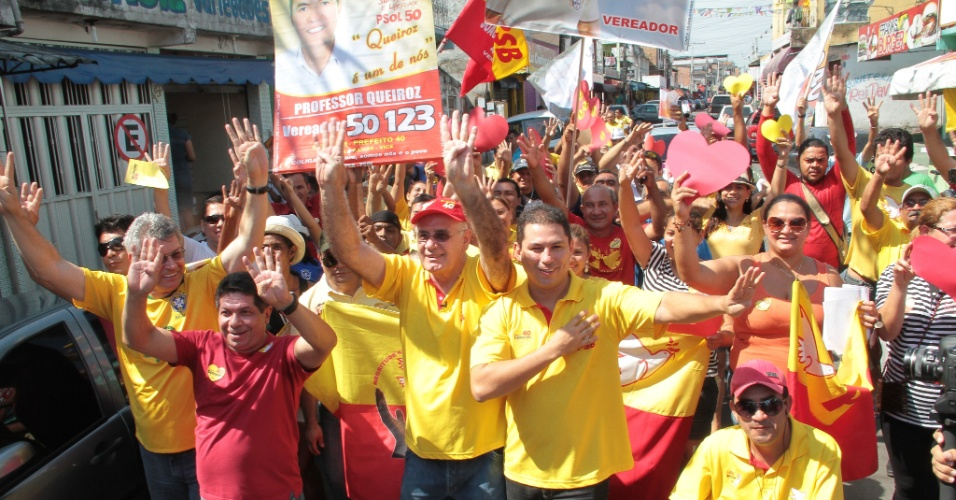 11.ago.2012 - O candidato do PSB à Prefeitura de Manaus, Serafim Corrêa (de boné), participa de caminhada pelas ruas do bairro Coroado (zona leste)