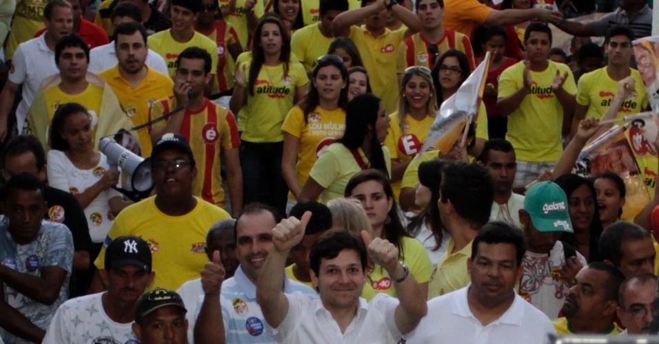 11.ago.2012 - O candidato do PSB à Prefeitura do Recife, Geraldo Julio, visita a comunidade de Caranguejo Tabaiares