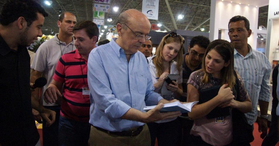 11.ago.2012 - O candidato do PSDB à Prefeitura de São Paulo, José Serra, visita a Bienal do Livro da cidade que acontece no Pavilhão de Exposições do Anhembi