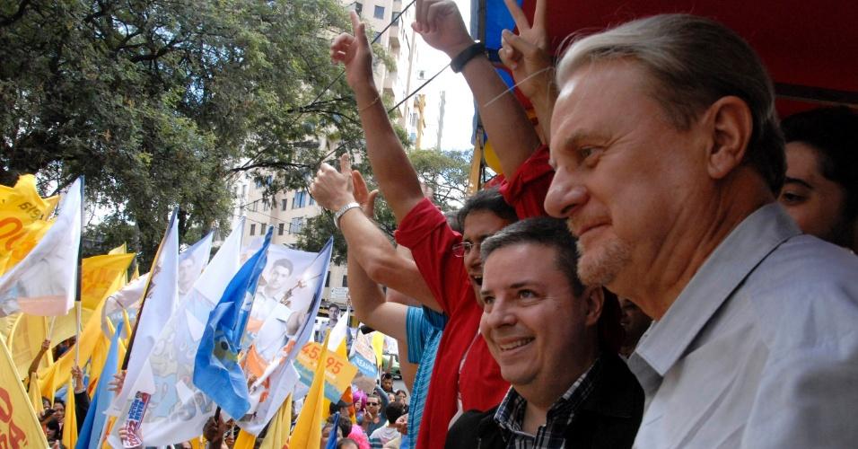 11.ago.2012 - O prefeito de Belo Horizonte e candidato à reeleição, Marcio Lacerda (PSB), participa da inauguração do Comitê da Juventude de sua campanha