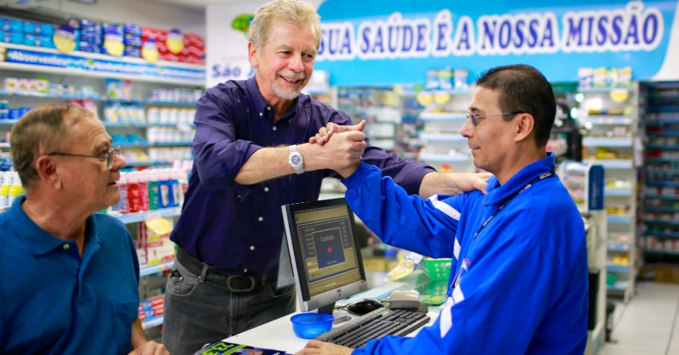 11.ago.2012 - O prefeito de Porto Alegre e candidato à reeleição, José Fortunati (PDT), visita o comércio da avenida Azenha