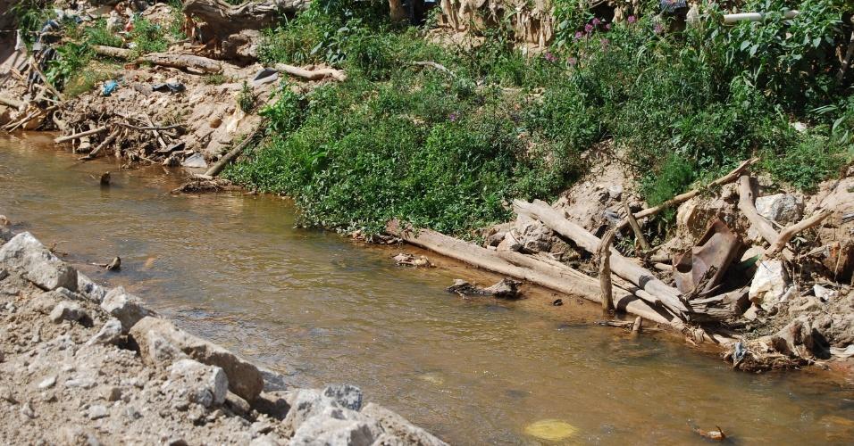 24.ago.2012 - Córrego Dantas, que dá nome ao bairro de Nova Friburgo (RJ), ainda está bastante sujo. Troncos de árvores, partes de roupas e alguns pertences dos moradores que sofreram com as chuvas ainda podem ser avistados