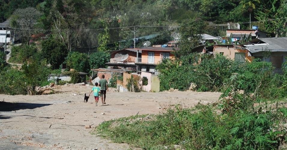 24.ago.2012 - Crianças brincam em meio aos escombros. O bairro do Campo Grande não tem áreas de lazar e está bastante abandonado e deserto