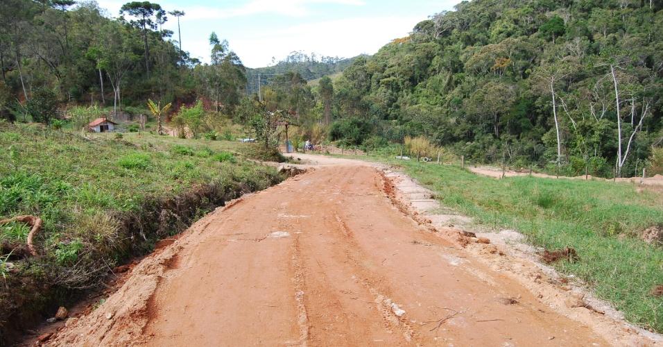 24.ago.2012 - Em Nova Friburgo (RJ), a zona rural foi bastante atiginda pela chuva de janeiro de 2011. Muitas estradas são feitas de terra e tiveram de ser reabertas pelos moradores após a tragédia