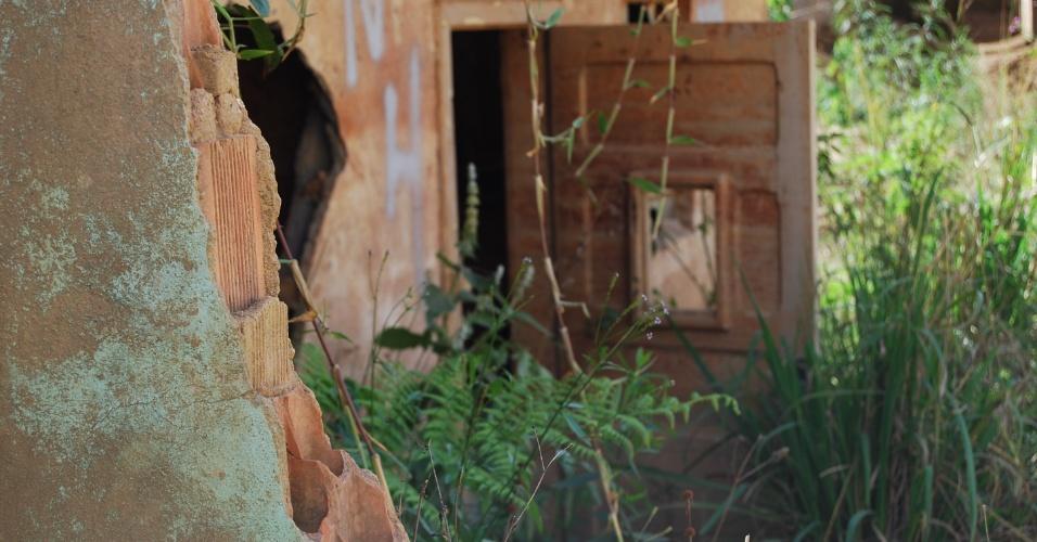 24.ago.2012 - Escombros estão tomados pelo mato no bairro do Córrego Dantas, em Nova Friburgo (RJ)