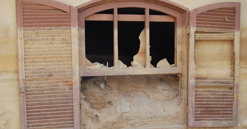 24.ago.2012 - Janela de casa soterrada pela lama no Córrego Dantas. A areia, que está até a metade da janela, mostra até onde a lama chegou durante a tragédia de janeiro de 2011 em Nova Friburgo (RJ)