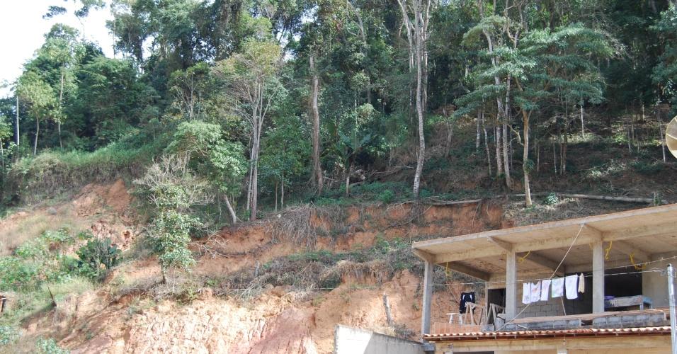 24.ago.2012 - Muitas casas ainda estão construídas nas encostas das montanhas que ameaçam a deslizar a qualquer momento