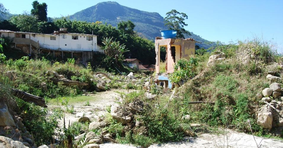 24.ago.2012 - Os escombros das casas são usados pelos moradores para provar que moravam ali. Muitos ainda não receberam as indenizações pelas perdas materiais em Teresópolis (RJ)