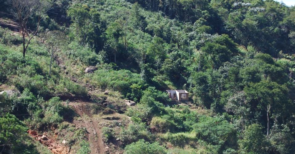 24.ago.2012 - Parte da única casa que ficou em pé em dos morros que cercam o bairro do Caleme, em Teresópolis (RJ). As chuvas causaram deslizamentos de terra e de pedras, que estavam no alto das montanhas