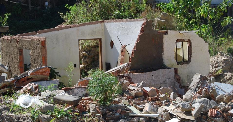 24.ago.2012 - Partes das casas destruídas pelas chuvas de janeiro de 2011 ainda estão no bairro Campo Grande, em Teresópolis (RJ). A tragédia destruiu boa parte do bairro