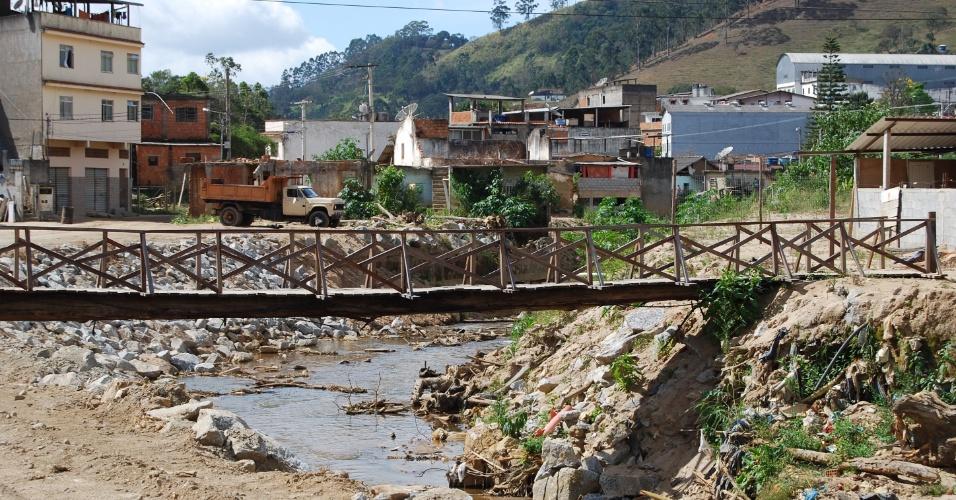 24.ago.2012 - Ponte feita por moradores do Córrego Dantas, em Nova Friburgo, tem um tronco de eucalipto a sustentando. Moradores reclamam de abandono, da sujeira do rio e da falta de indenizações aos atingidos pelas chuvas de 2011