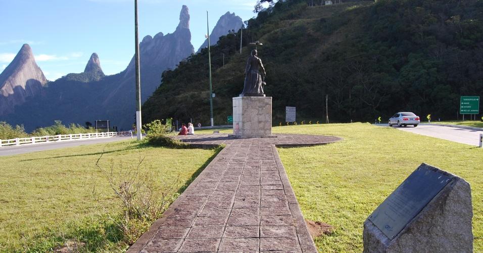 24.ago.2012 - Próximo ao portal da cidade, é possível ver o Dedo de Deus e o monumento da imperatriz Tereza Christina, em Teresópolis (RJ)