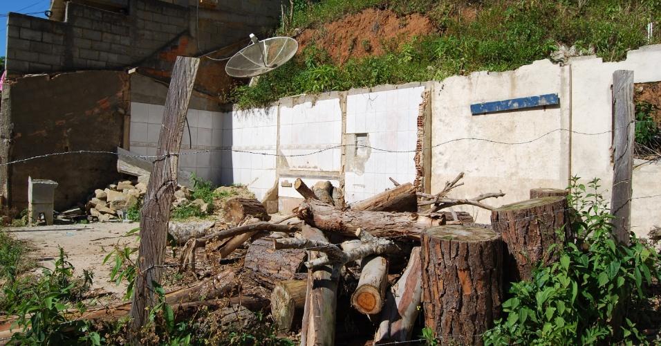 24.ago.2012 - Troncos das árvores que foram arrastadas nas enchentes continuam no mesmo lugar em que ficaram. Os locais atingidos ainda lembram o cenário causado pela tragédia de janeiro de 2011
