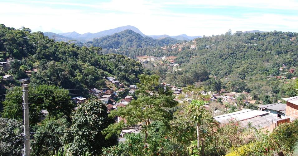 24.ago.2012 - Visto de cima, o bairro do Caleme lembra um vale. Por sua geografia mais baixa, o risco de enchentes e deslizamentos é maior e causa apreensão nos moradores