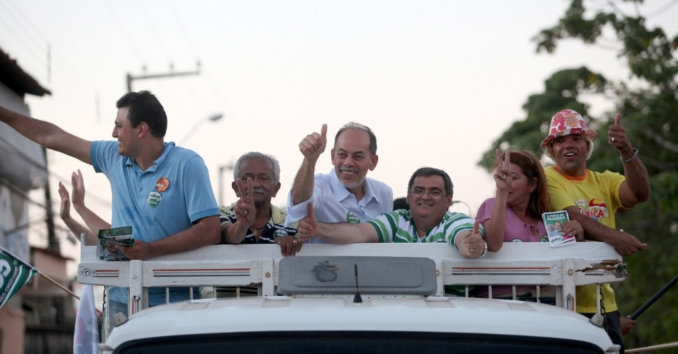 11.ago.2012 - O candidato do PC do B à Prefeitura de Fortaleza, Inácio Arruda, participou de uma carreata nas ruas do Conjunto Ceará, um dos bairros mais populares da cidade