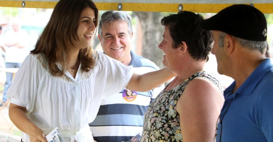 12.ago.2012 - A candidata à Prefeitura de Porto Alegre Manuela D'Ávila (à esq.), do PCdoB, conversou com eleitores durante caminhada na Feira Santa Rosa