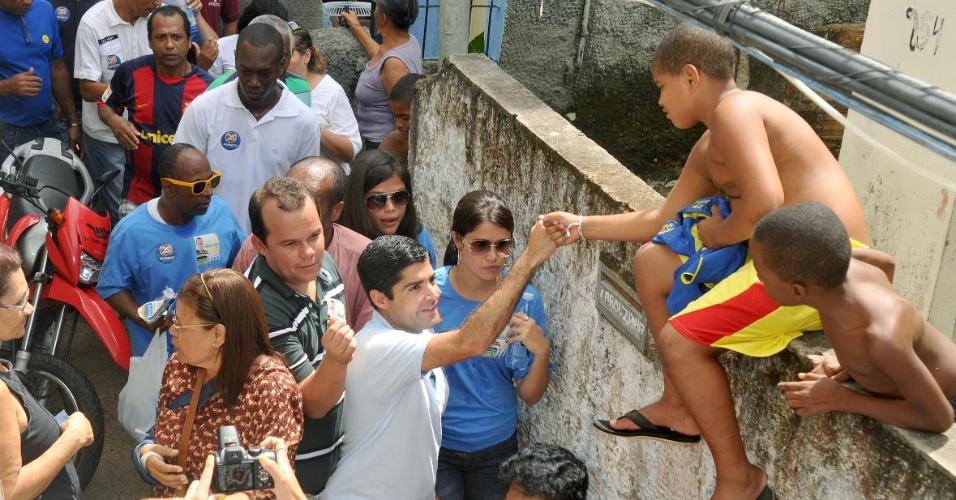 12.ago.2012 - ACM Neto, candidato do DEM à Prefeitura de Salvador, fez uma caminhada pelo bairro Calabar. Durante o percurso, o candidato conversou com comerciantes e moradores e distribuiu material de campanha