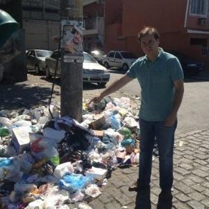 """12.ago.2012 - Candidato do DEM à Prefeitura do Rio de Janeiro, Rodrigo Maia, postou uma foto em que mostra muito lixo exposto em uma praça da cidade, no bairro Benfica e escreveu: """"está é a realidade do Rio hoje"""""""