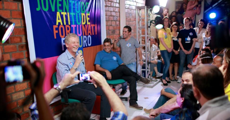 12.ago.2012 - O candidato do PDT à Prefeitura de Porto Alegre, José Fortunati, participa da inauguração do Comitê da Juventude