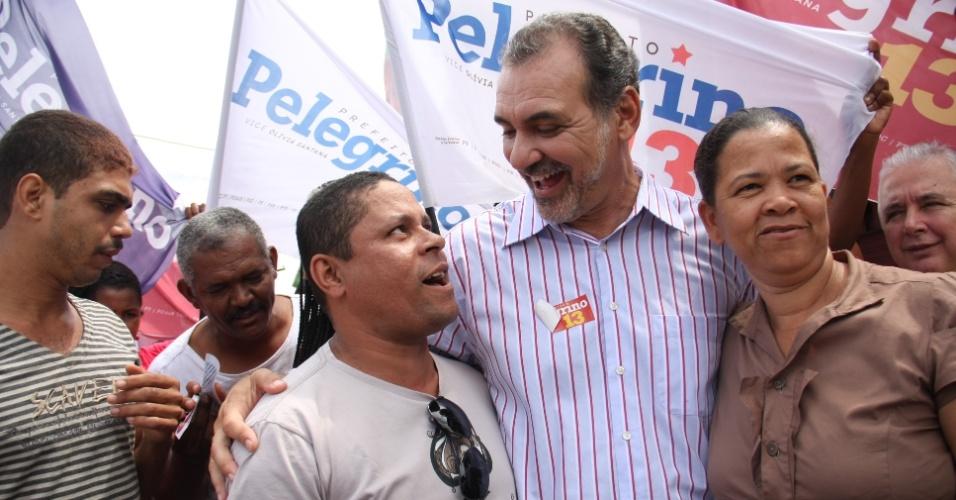 12.ago.2012 - O candidato do PT à Prefeitura de Salvador, Nelson Pelegrino, fez uma caminhada no bairro Sussuarana Velha. Em conversa com os moradores, disse que incentivará o trabalho feito por igrejas contra as drogas