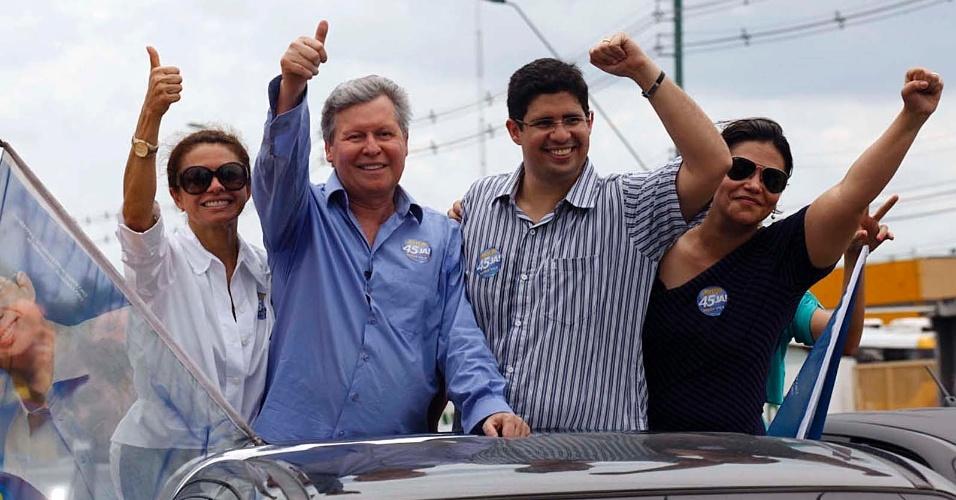 12.ago.2012 - O candidato do PSDB à Prefeitura de Manaus, Arthur Virgílio (segundo da esquerda pra direita), participa de carreata na zona leste da cidade