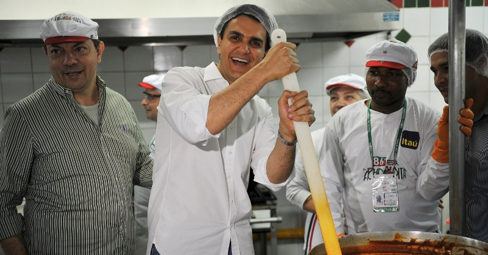 12.ago.2012 - Gabriel Chalita, candidato do PMDB à Prefeitura de São Paulo, visitou neste domingo a Festa de Nossa Senhora Achiropita, no bairro da Bela Vista