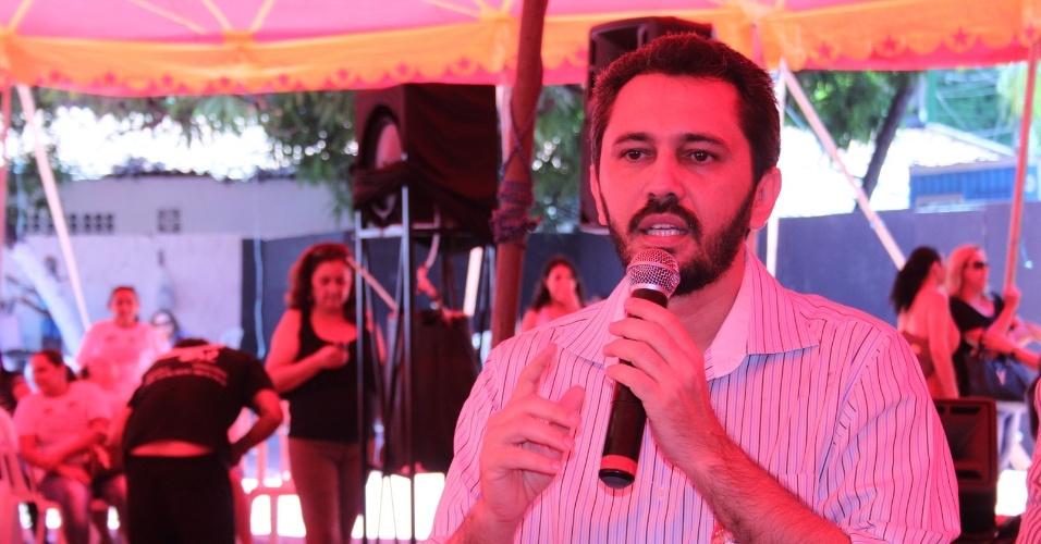 12.ago.2012 - O candidato do PT à Prefeitura de Fortaleza, Elmano de Freitas, dicursa durante encontro com educadores voluntários na capital cearense