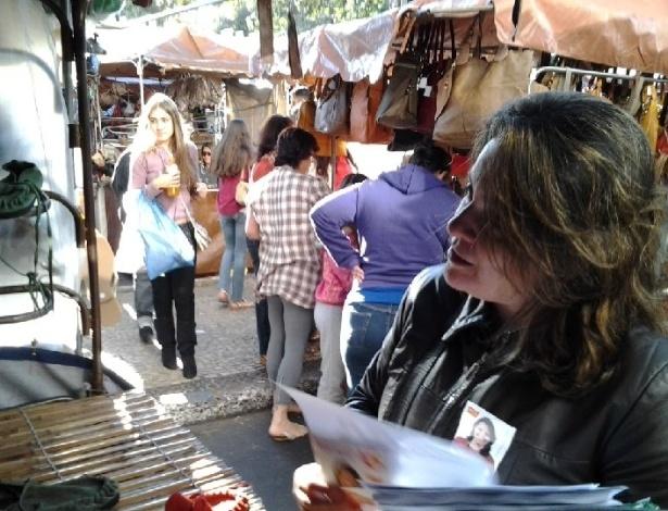 12.ago.2012 - Vanessa Portugal, candidata do PSTU à Prefeitura de Belo Horizonte, faz panfletagem pela feira de artes e artesanato da Afonso Pena