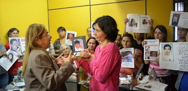 13.ago.2012 - A candidata à prefeitura pelo PPS, Soninha Francine, visitou a sede da ONG Mães da Sé, entidade sem fins lucrativos que reúne familiares e amigos de pessoas desaparecidas. No local, a candidata prometeu criar um cadastro de pessoas desaparecidas