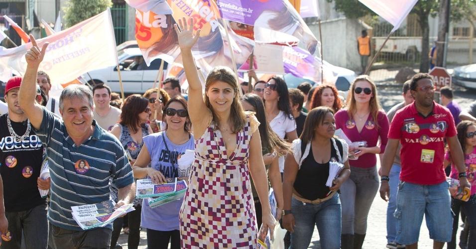 13.ago.2012 - Manuela D'Ávila, candidata do PC do B à Prefeitura de Porto Alegre, caminhou nesta segunda-feira pelo bairro de Vila Conceição, na zona sul da capital gaúcha