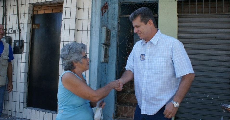 13.ago.2012 - Marcos Cals, candidato do PSDB à Prefeitura de Fortaleza, cumprimenta eleitora durante caminhada pelo bairro Vila Velha, na manhã desta segunda-feira