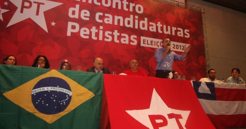 13.ago.2012 - Nelson Pelegrino, candidato do PT à Prefeitura de Salvador, discursa para mais de 300 candidatos a prefeito do partido na Bahia durante encontro de candidatos petistas em um hotel no bairro de Pituba