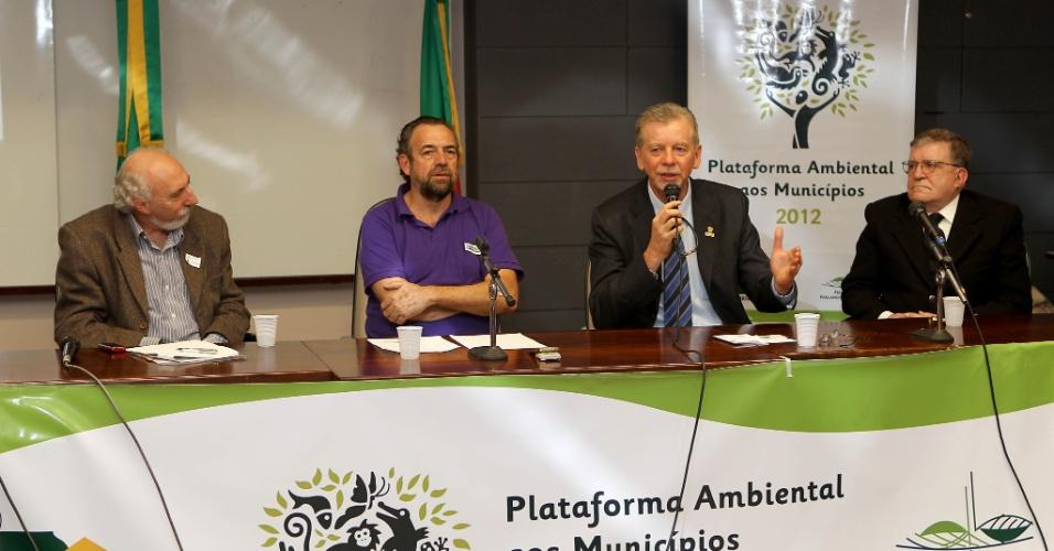 13.ago.2012 - O atual prefeito de Porto Alegre e candidato à reeleição pelo PDT, José Fortunati (segundo da dir. para a esq.), participou nesta segunda-feira de apresentação da Plataforma Ambiental 2012, na Assembleia Legislativa