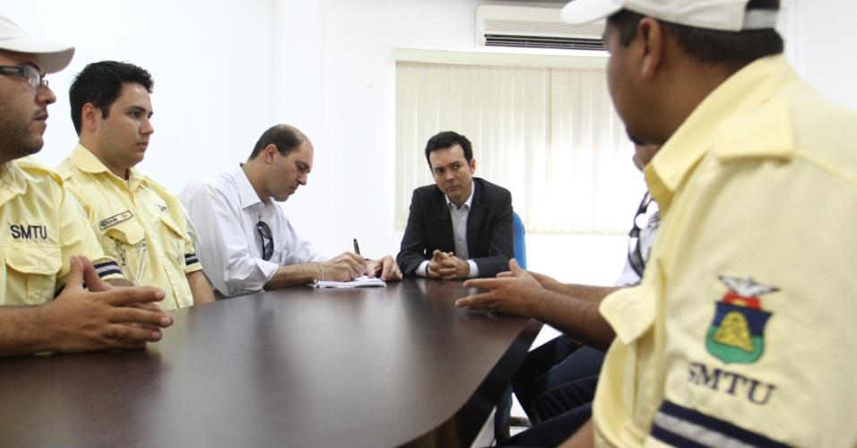 13.ago.2012 - O candidato do PT à Prefeitura de Cuiabá, Lúdio Cabral (centro), se reuniu nesta segunda-feira com a direção do Sindicato dos Agentes de Trânsito e Transporte de Cuiabá