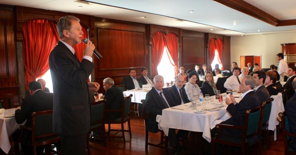 14.ago.2012 - José Fortunati, candidato à reeleição em Porto Alegre pelo PDT, discursa durante almoço com empresários do mercado imobiliário da capital gaúcha