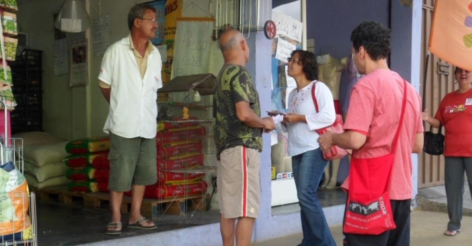 14.ago.2012 - Maria da Consolação, candidata do PSOL à Prefeitura de Belo Horizonte, conversa com comerciantes durante caminhada pelo bairro Venda Nova