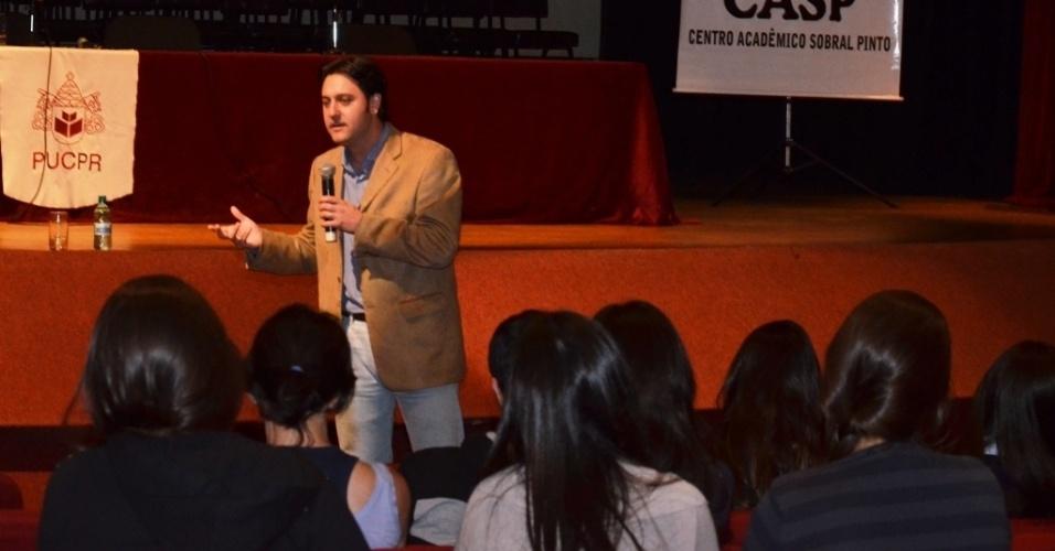 14.ago.2012 - O candidato do PSC à Prefeitura de Curitiba, Ratinho Júnior, participou de debate na PUC do Paraná nesta terça-feira