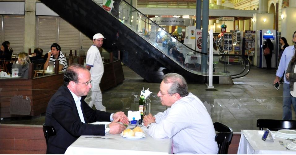 14.ago.2012 - O candidato do PT à Prefeitura de Porto Alegre, Adão Villaverde (à esq.), almoçou com o governandor Tarso Genro (PT) nesta terça-feira no Mercado Público. Segundo Villaverde, a conversa tratou de propostas para a segurança pública na cidade