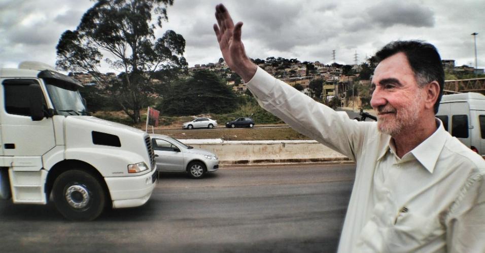 14.ago.2012 - Patrus Ananias, candidato do PT à Prefeitura de Belo Horizonte, cumprimenta eleitores durante visita ao Anel Rodviário, nesta terça-feira