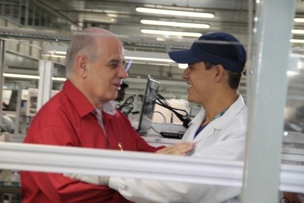 14.ago.2012 - Serafim Corrêa (à esq.), candidato do PSB à Prefeitura de Manaus, cumprimenta eleitor durante visita ao parque industrial da CCE da Amazônia, localizado no Distrito Industrial